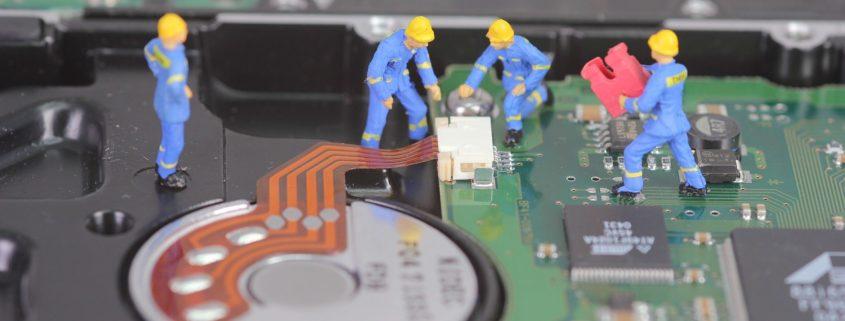 Equipo técnico reparando disco duro